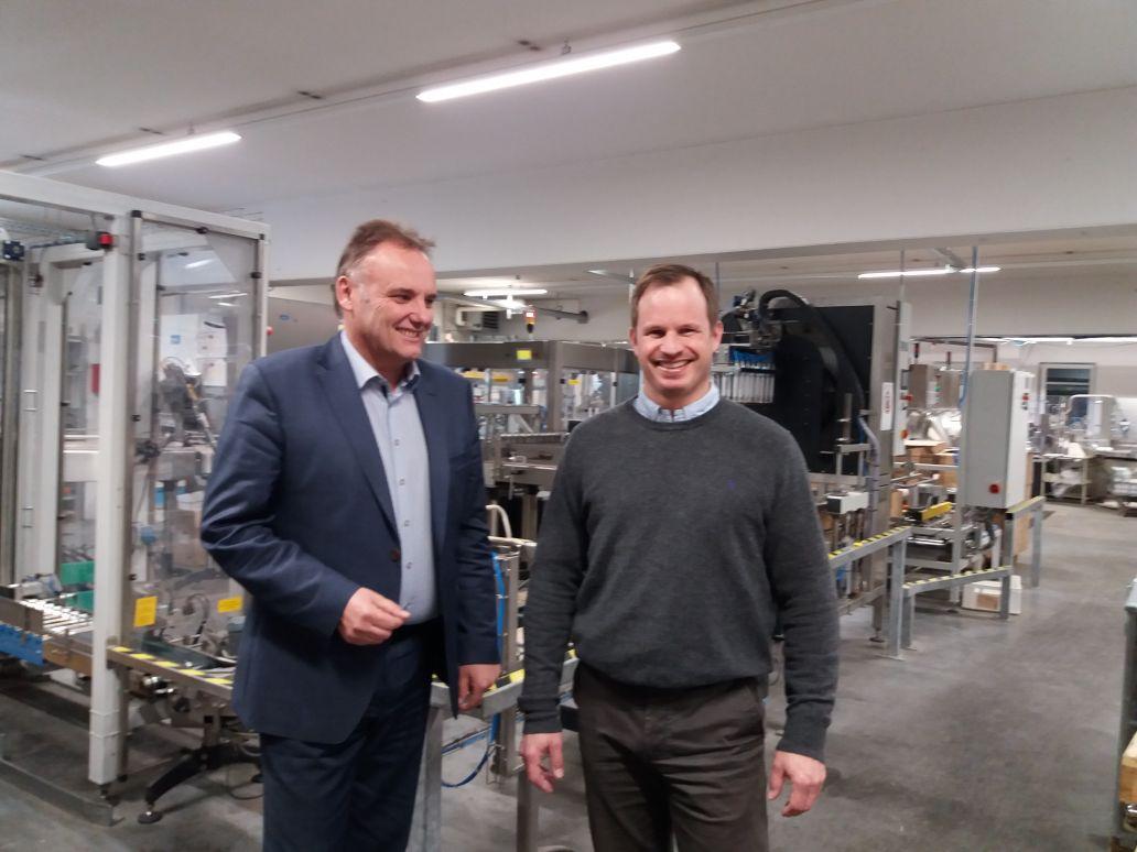 Josef Fent von der Kreissparkasse und sein Kunde Erich Herrmann vor der Produktionsanlage.
