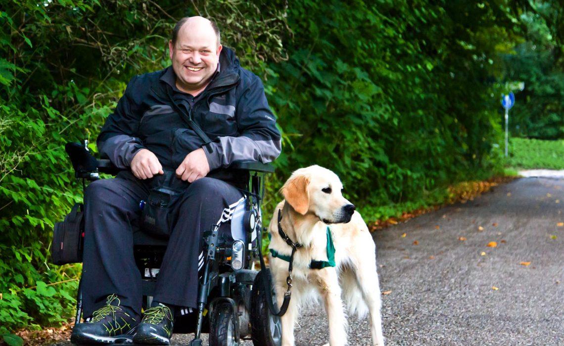 Peter Pöschl und sein Servicehund Bonny