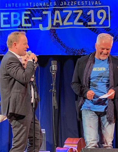 Der Ebersberger Landrat Robert Niedergesäß ist Schirmherr der Veranstaltung – hier mit dem Festival-Leiter Frank Haschler auf der Bühne.